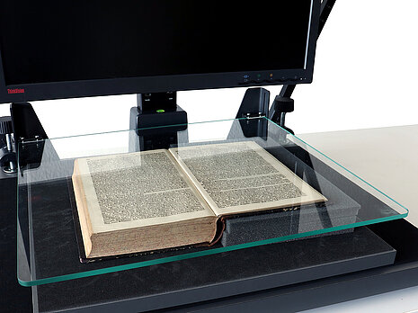 Buchwippe mit Glasplatte am Archivscanner