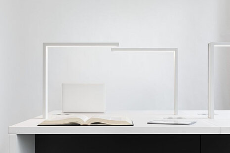 Bibliotheksleuchten auf einem Schreibtisch